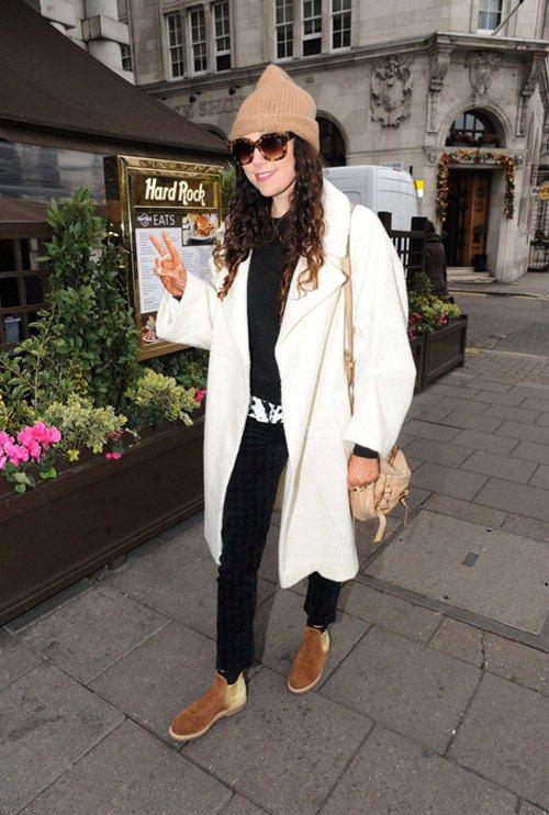 Eliza Doolittle 選擇 oversize 的白色長大衣搭配休閒風格...