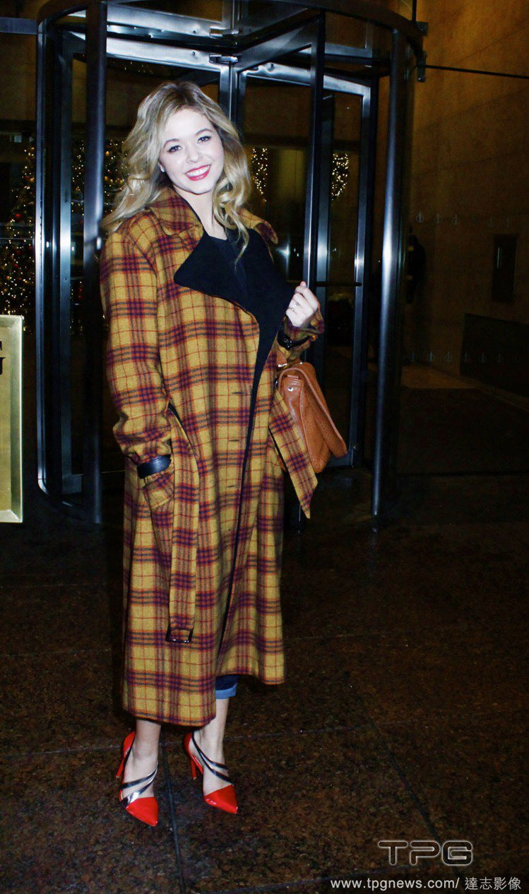 Sasha Pieterse 身上的格紋長大衣,散發七○年代復古風情,長及腳踝的...