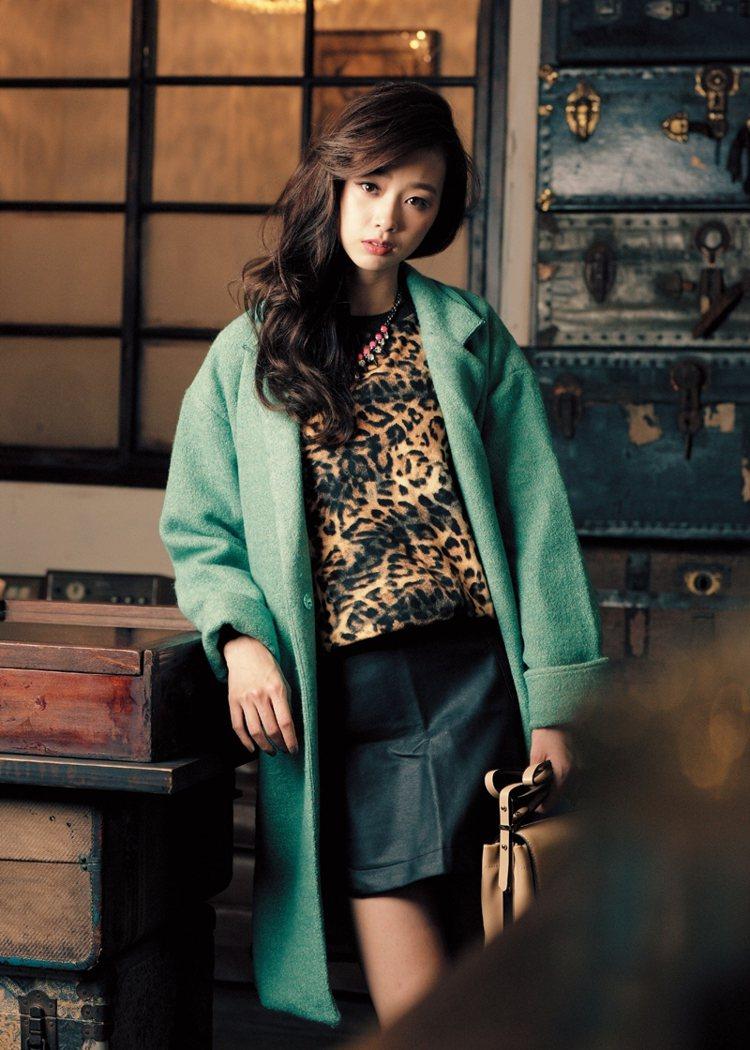豹紋棉T利用馬卡龍大衣能降低少女感。上衣NT990/ZARA、外套/Love b...
