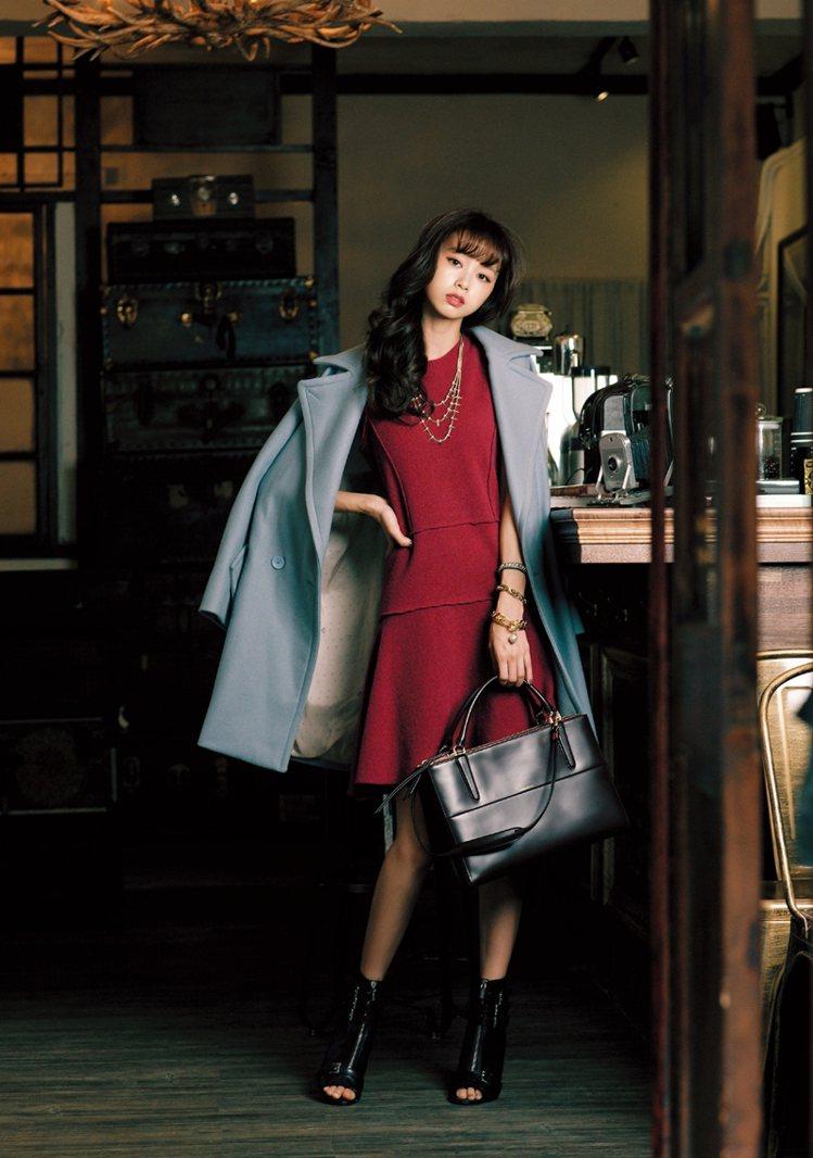 利用洋裝使大衣多了甜美感。洋裝/Max&CO、項鍊/Quin、手環/Quin、包...