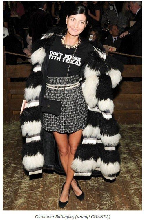 時尚達人 Giovanna Battaglia 穿著黑白相間的皮草外套,搭配同色...
