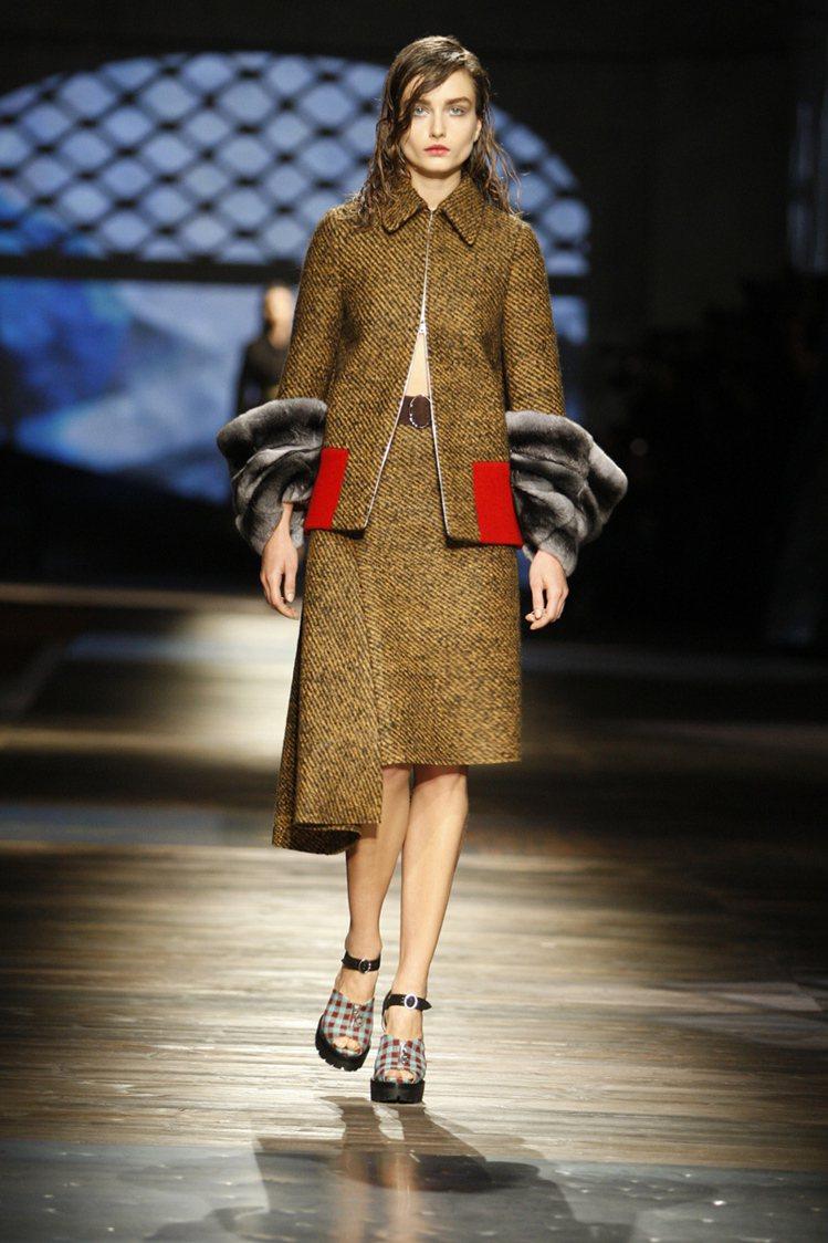 PRADA秋冬風格復古,長大衣袖口拼接的皮草非常奢華。圖/PRADA提供