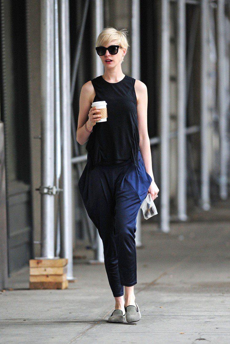安海瑟薇手拿咖啡看起來頗時尚。圖/達志影像