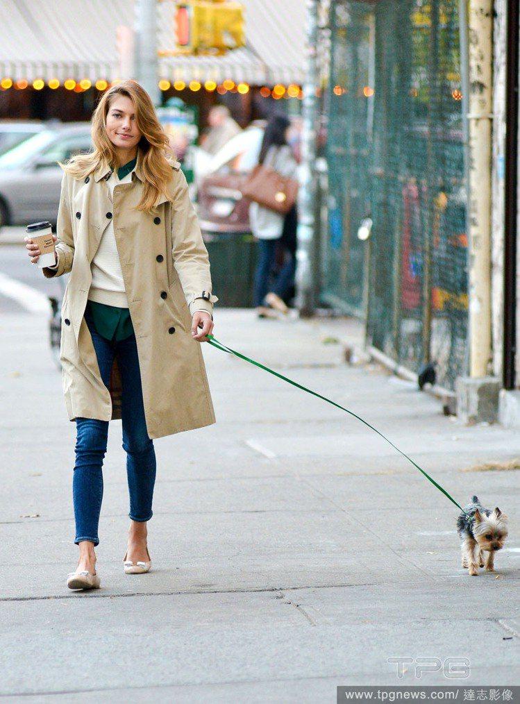 模特兒Jessica Hart穿大衣、拿咖啡,看起來頗時尚。圖/達志影像