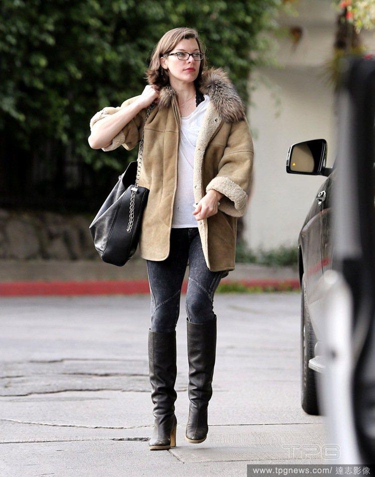 蜜拉喬娃薇琪的卡其色麂皮外套內裡鋪棉,搭配皮草元素,暖意十足。oversize ...
