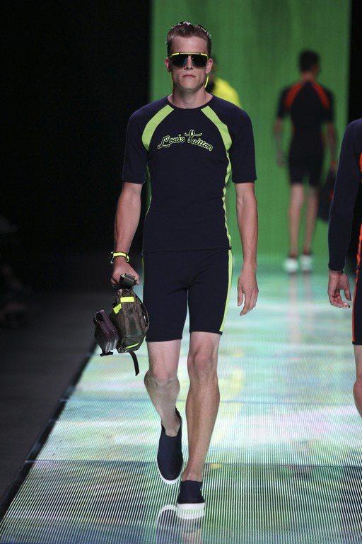 個人意見:Louis Vuitton-這衣服給人一種時時需要吸氣的感覺,推薦給擁...