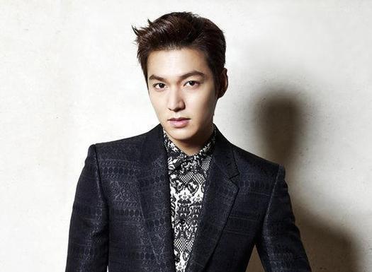 《繼承者們》 男主角李敏鎬:在劇中是富家公子,常以深色西裝搭同色系襯衫居多,完全...