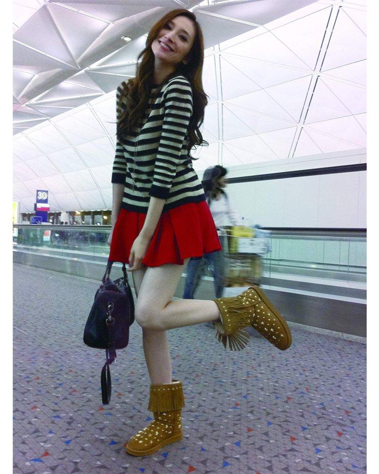 又到機場了!用百搭條紋衫和鮮紅裙的活力,擊退枯燥的等待時間。圖/平裝本出版