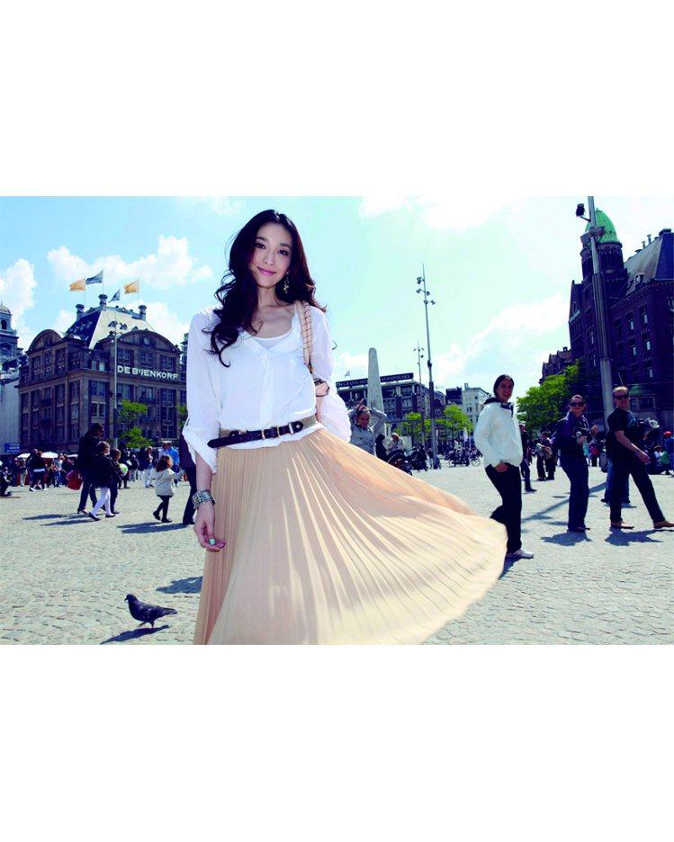 散步在異國街道,白襯衫與百摺長裙的知性飄逸美組合,是最適合不過了。圖/平裝本出版