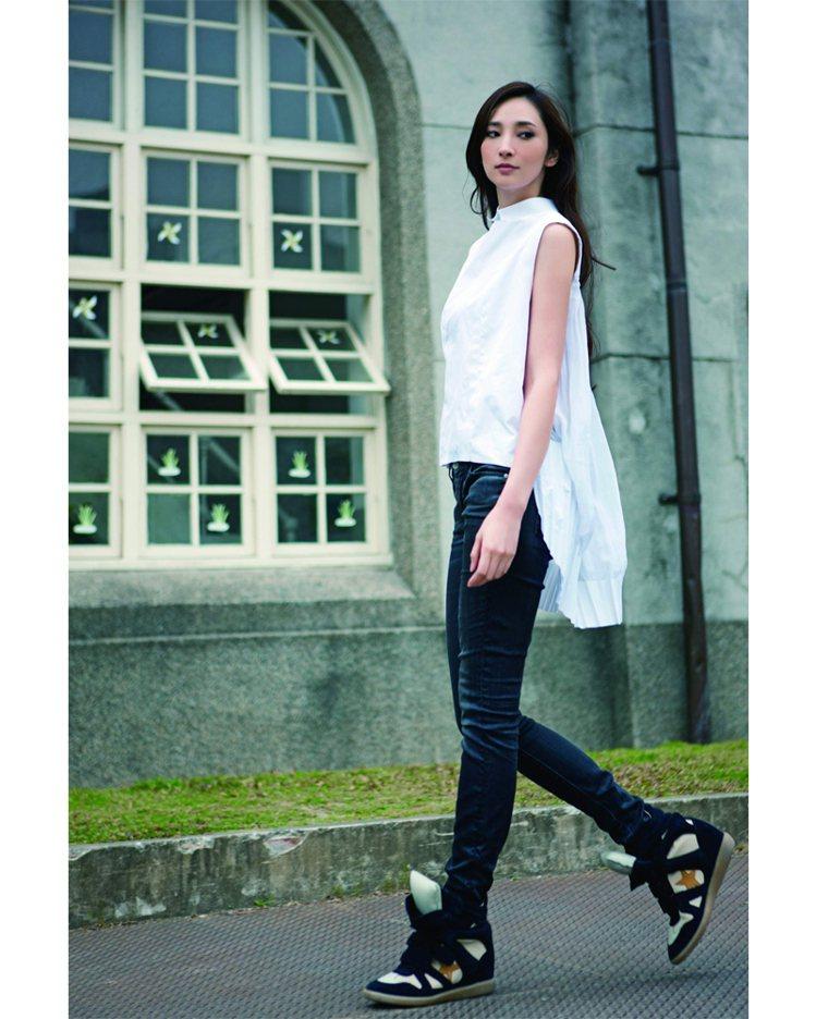 換換風格,用前短後長的襯衫,來詮釋遊走街頭的時尚潮流風範。圖/平裝本出版