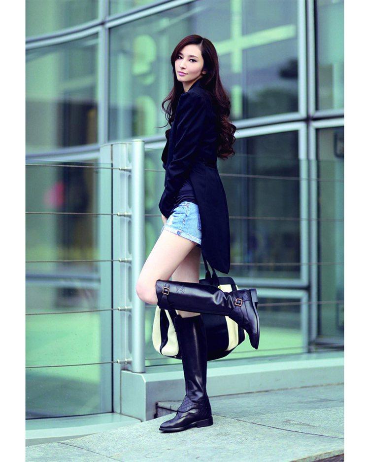 燕尾服與短褲的長短豐富層次,加上及膝長靴點綴,有型有款地工作去。圖/平裝本出版
