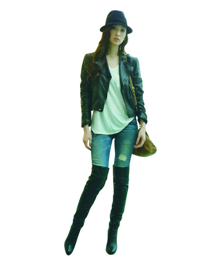 短身皮外套+過膝超長黑靴,用一長一短的落差,穿出帥氣造型。圖/平裝本出版