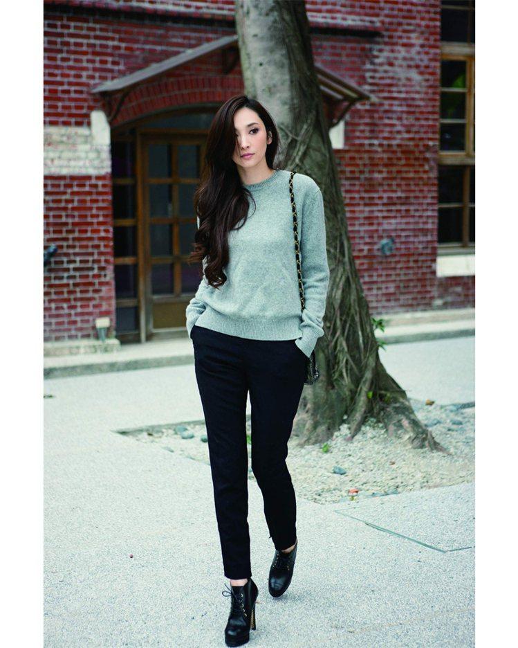 窄管西裝褲加上灰色針織衫,可正式、可休閒的穿著,看起來隨興有時髦感。圖/平裝本出...