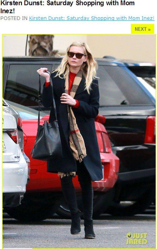 克絲汀鄧斯特的BURBERRY圍巾搭配大衣,與露出的紅色內裡襯出層次感,一身深色...