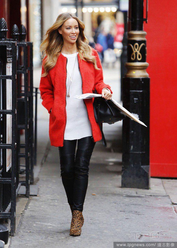 女星 Lauren Pope 穿上圓領白 T 搭配長版紅外套,再以造型皮褲和豹紋...