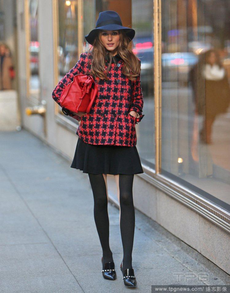 紐約名媛奧莉薇亞巴勒莫(Olivia Palermo)以紅色格紋外套搭配黑色小短...