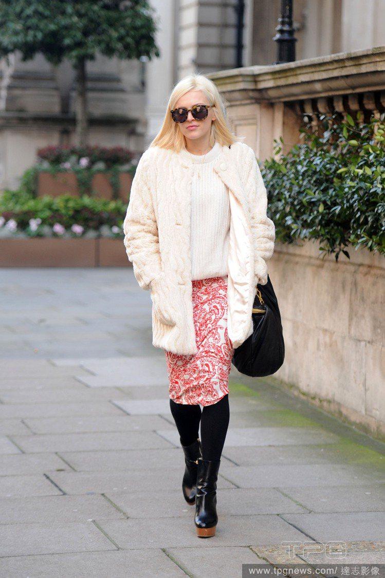 菲妮柯頓(Fearne Cotton)的一身雪白毛外套+白毛衣,拿紅色圖騰窄裙搭...