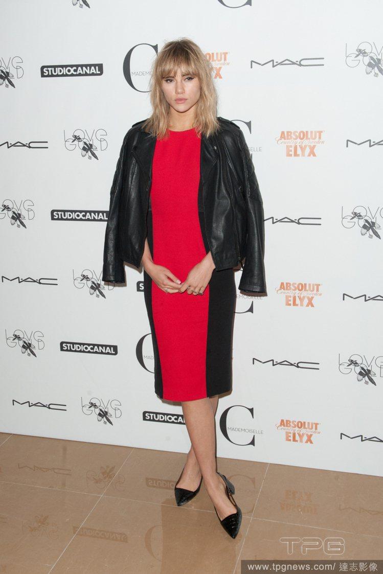 Suki Waterhouse 以騎士外套來平衡紅黑色長版洋裝拉長的視覺比例,看...