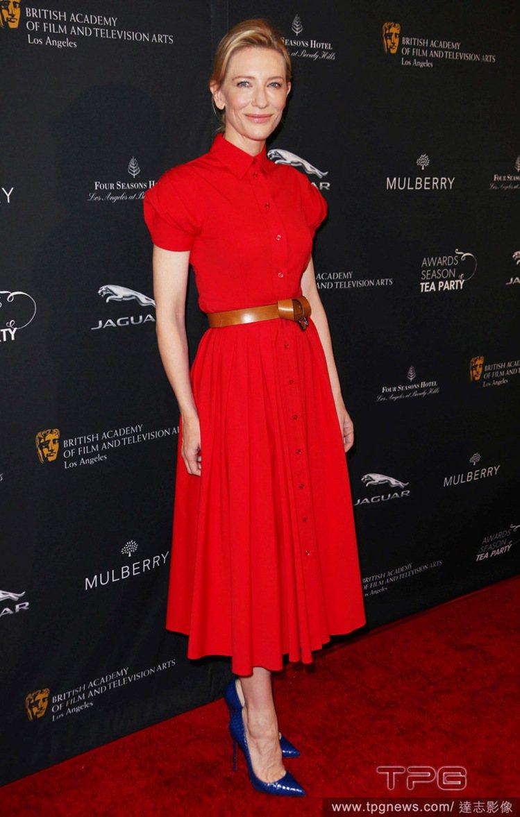 凱特布蘭琪(Cate Blanchett)穿著大紅色長版洋裝,襯衫領與公主袖帶出...