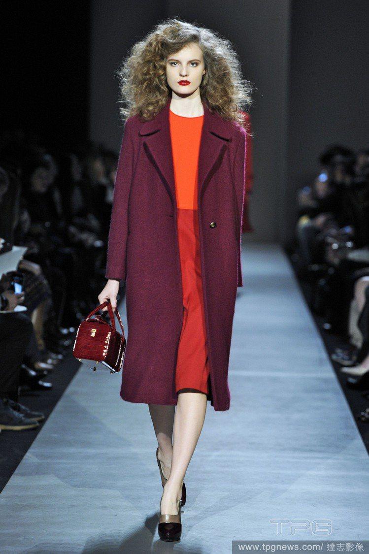 喜歡低調風格又想穿亮色系的人,不仿穿穿看酒紅大衣搭橘色連身裙,在低調沉穩的氣息中...