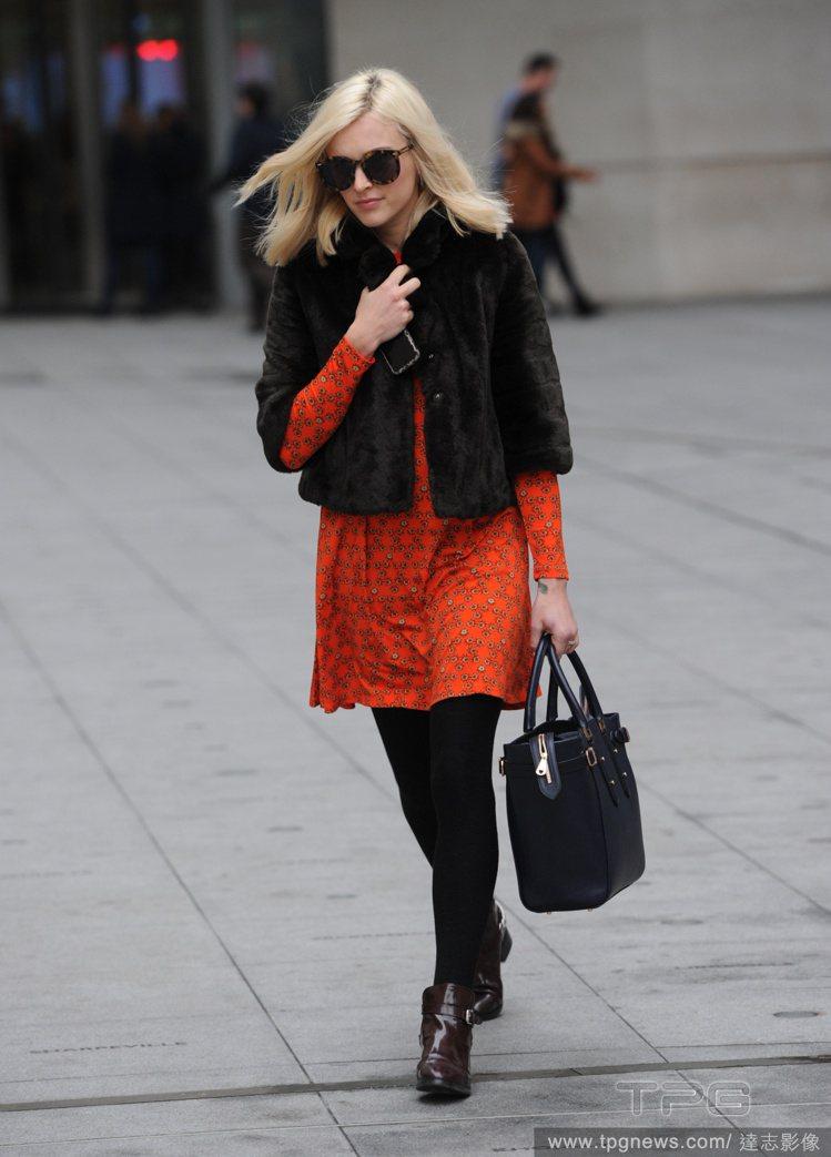 若穿著橘色洋裝,可像菲妮柯頓(Fearne Cotton)一樣穿黑色皮草、黑褲襪...