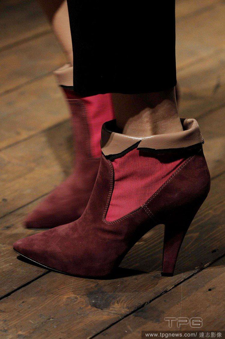 酒紅色拼接踝靴則多了股率性氣息,搭配刷破牛仔褲與軍裝大衣再適合也不過了。圖/達志...
