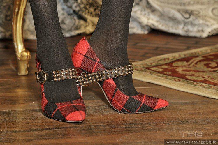 充滿英倫氣息的紅格紋遇上高跟鞋後,便多了一股學院乖女孩味道,若加上鉚釘細節便是龐...
