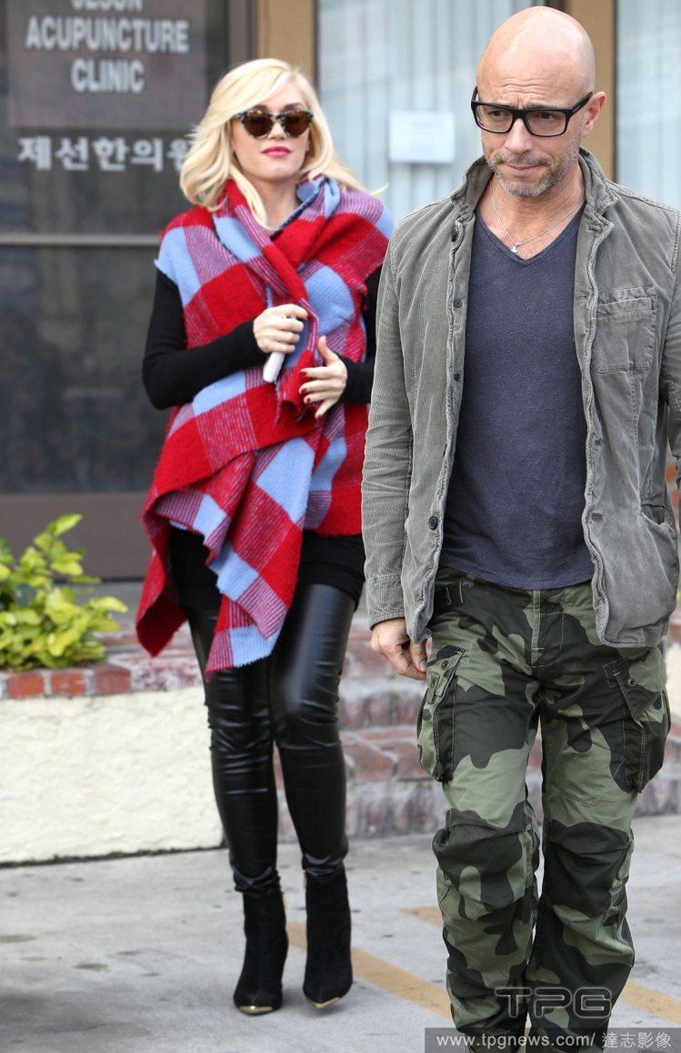 關史蒂芬妮的格紋大披巾結合紅與粉藍兩色,搭配皮褲穿出另類的甜美風。圖/達志影像
