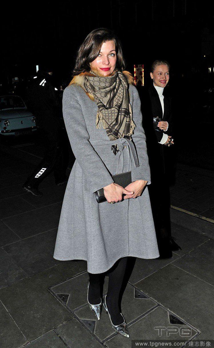 蜜拉喬娃薇琪穿著灰色洋裝式大衣,用卡其色格紋圍巾比起黑色款更能呼應整體優雅氣息。...