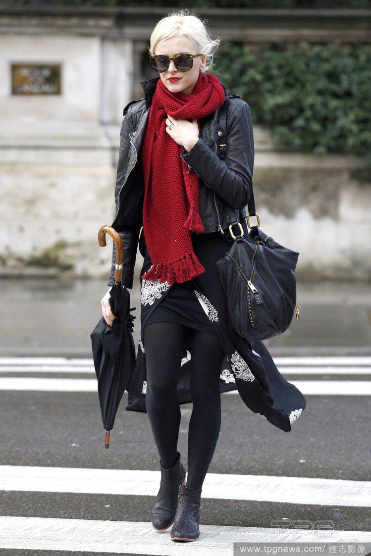 菲妮柯頓用紅圍巾搭配皮夾克與帶有中國風情的印花黑長裙,加深東方色彩時尚感。圖/達...