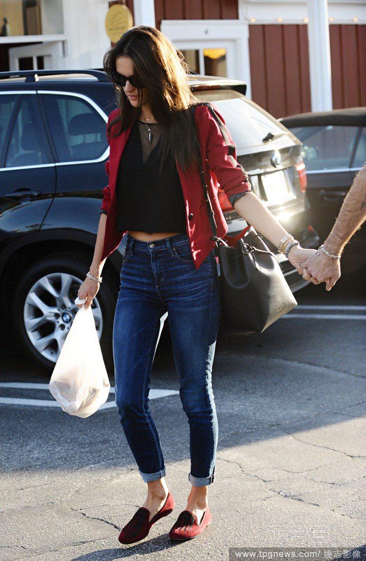 Alessandra Ambrosio 選擇用高腰牛仔褲搭透視元素上衣,再外搭一...