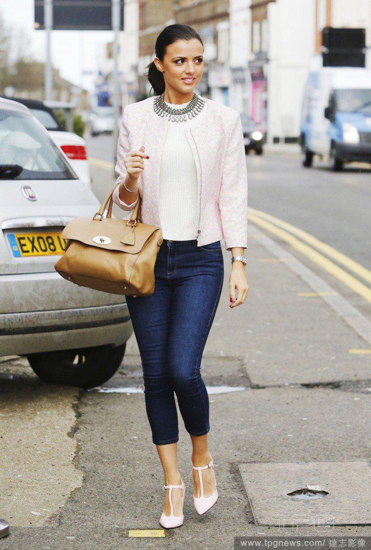Lucy Mecklenburgh 的八分牛仔褲搭T字繫帶高跟鞋,讓鞋型的設計完...