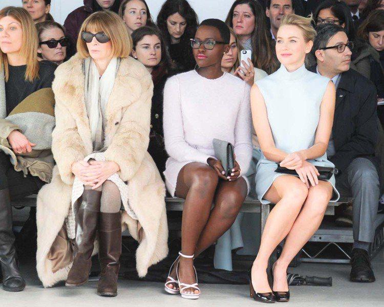 安娜溫圖(Anna Wintour )的淺棕色皮草大衣若與銀灰色、白色作搭配,可...