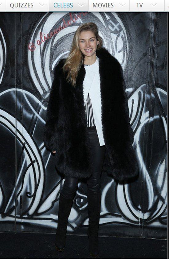 名模 Jessica Hart 則穿著厚重的黑色皮草大衣,與皮褲、長靴與幾何上衣...