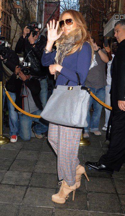 看珍妮佛洛佩茲示範,挑選好質感的格紋寬管褲,大膽選配大份量的個性飾品,穿出個人風...