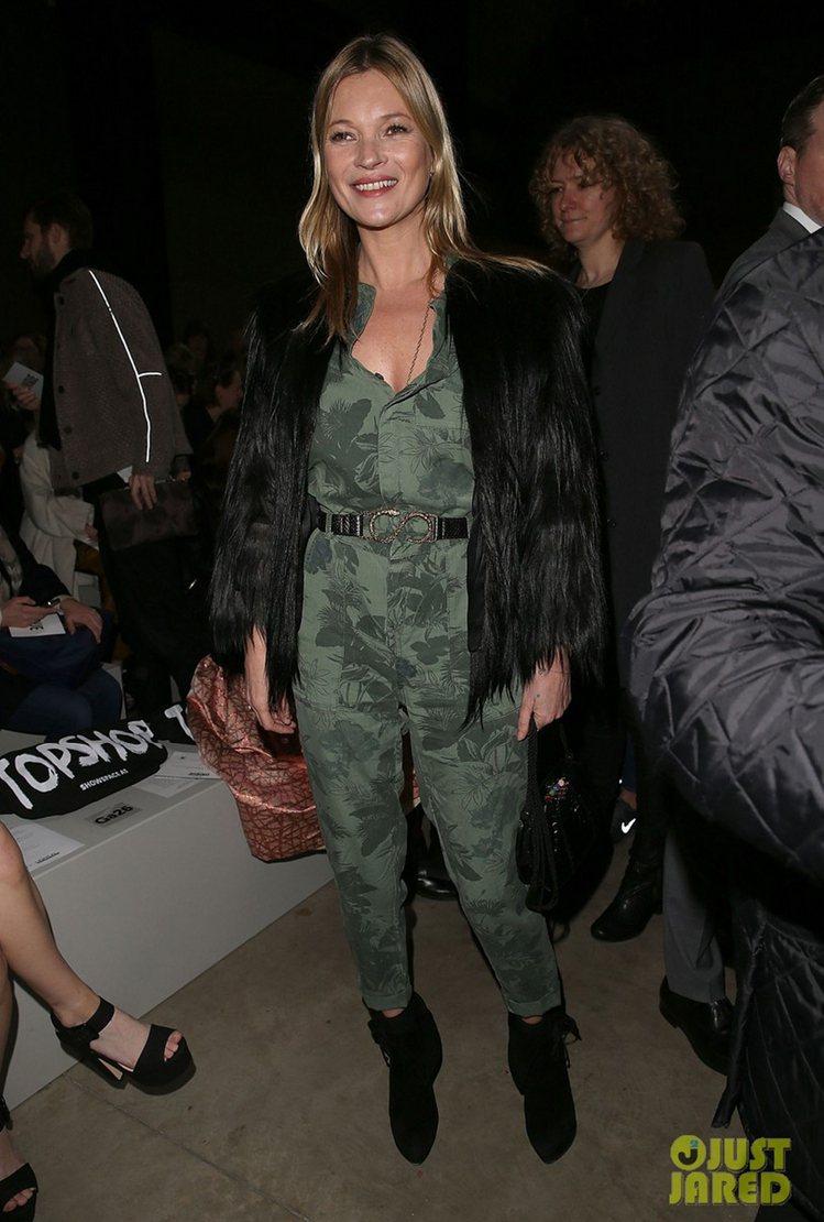 凱特摩絲穿了綠色印花連身褲裝後僅用「黑色單品」點綴全身,不論是毛草或踝靴都讓這身...