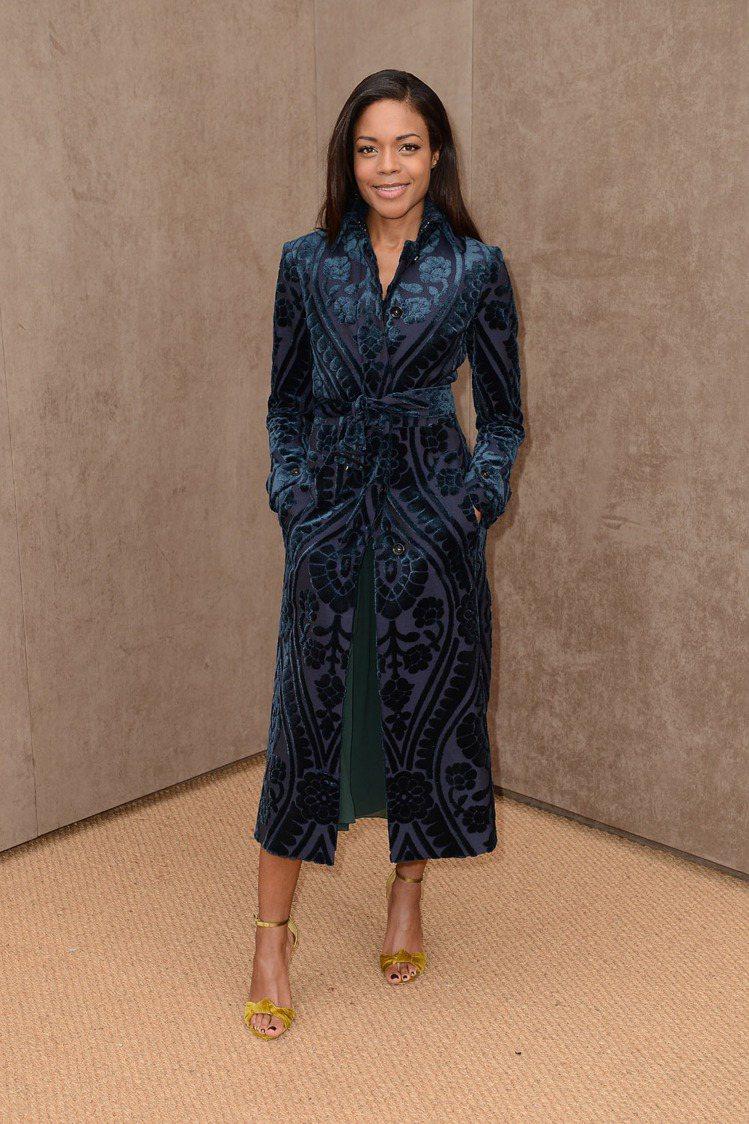 英國女演員 Naomie Harris 的深藍色風衣優雅又大器,再加上一雙金色高...