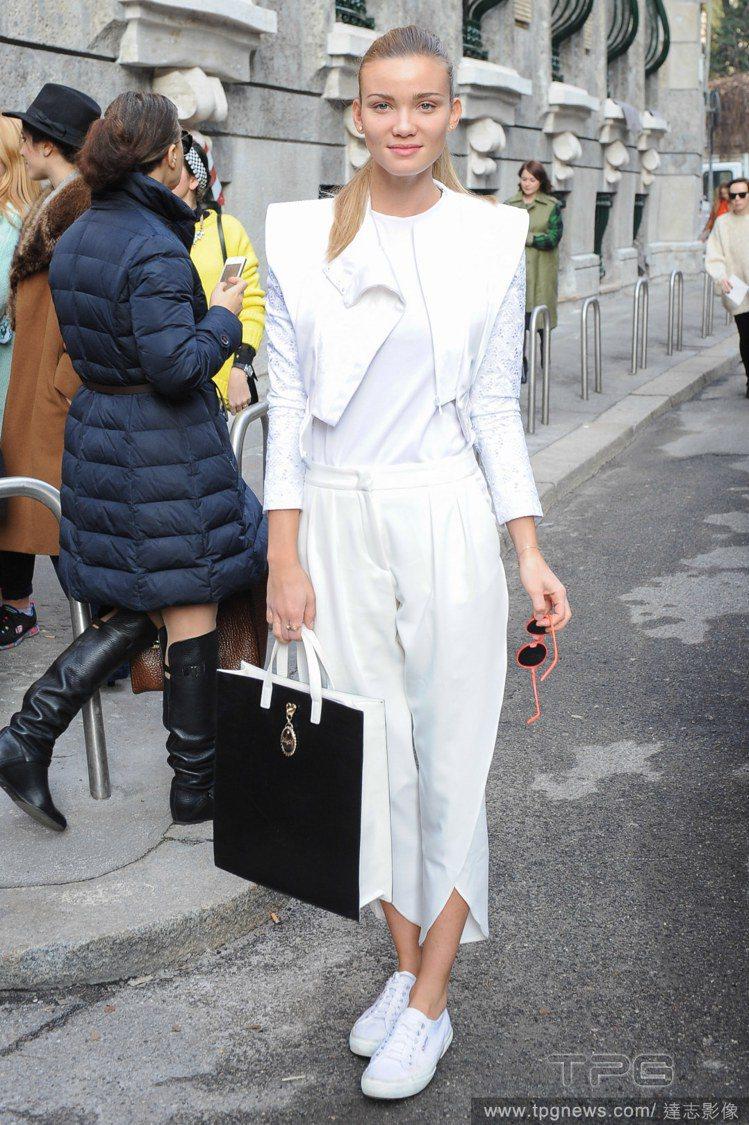 義大利女星 Fiammetta Cicogna 出席 Blumarine 服裝秀...