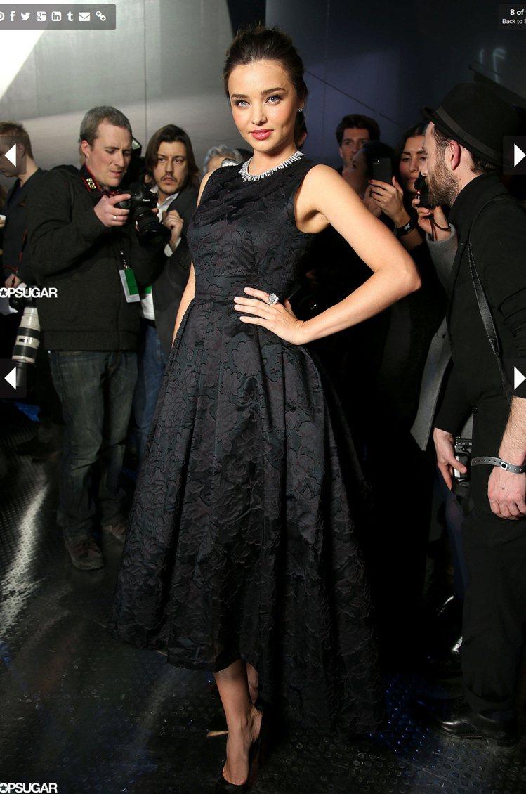 米蘭達柯爾(Miranda Kerr)出席 H&M 服裝秀,穿了一襲黑色印花蓬裙...