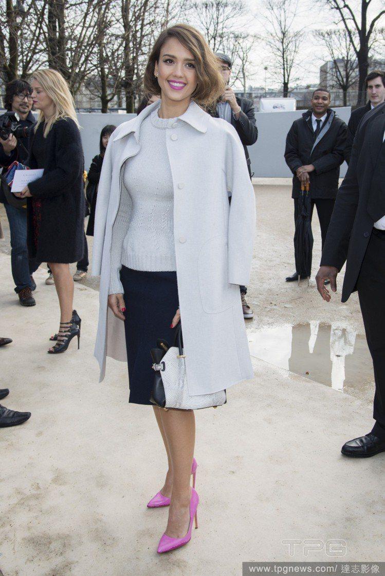 對粉桃色調情有獨鍾的潔西卡艾芭(Jessica Alba),這次套上簡潔優雅的基...