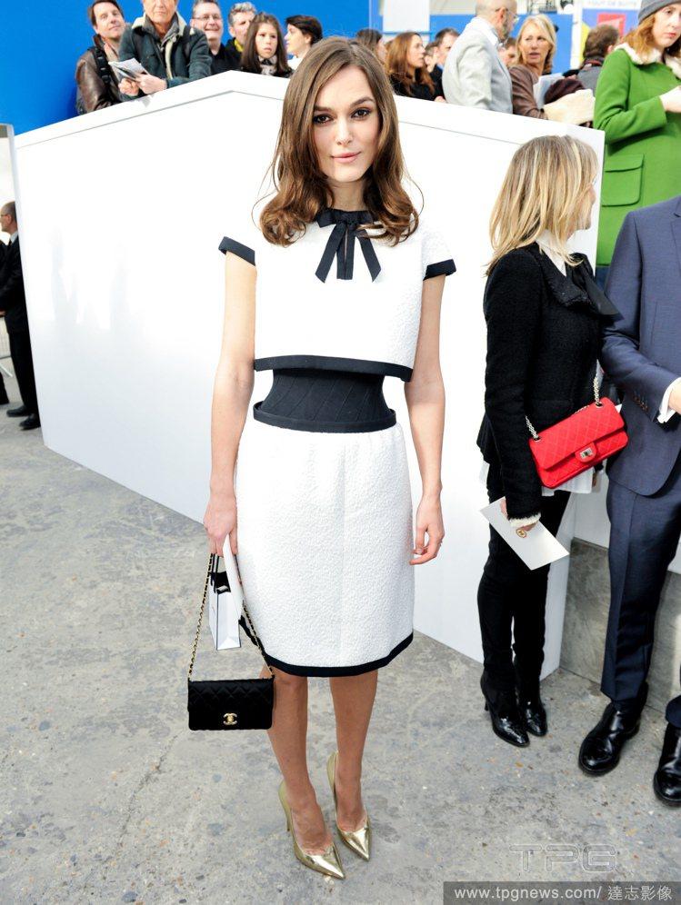 綺拉奈特莉(Keira Knightley)穿上 Chanel 春夏新款細腰洋裝...