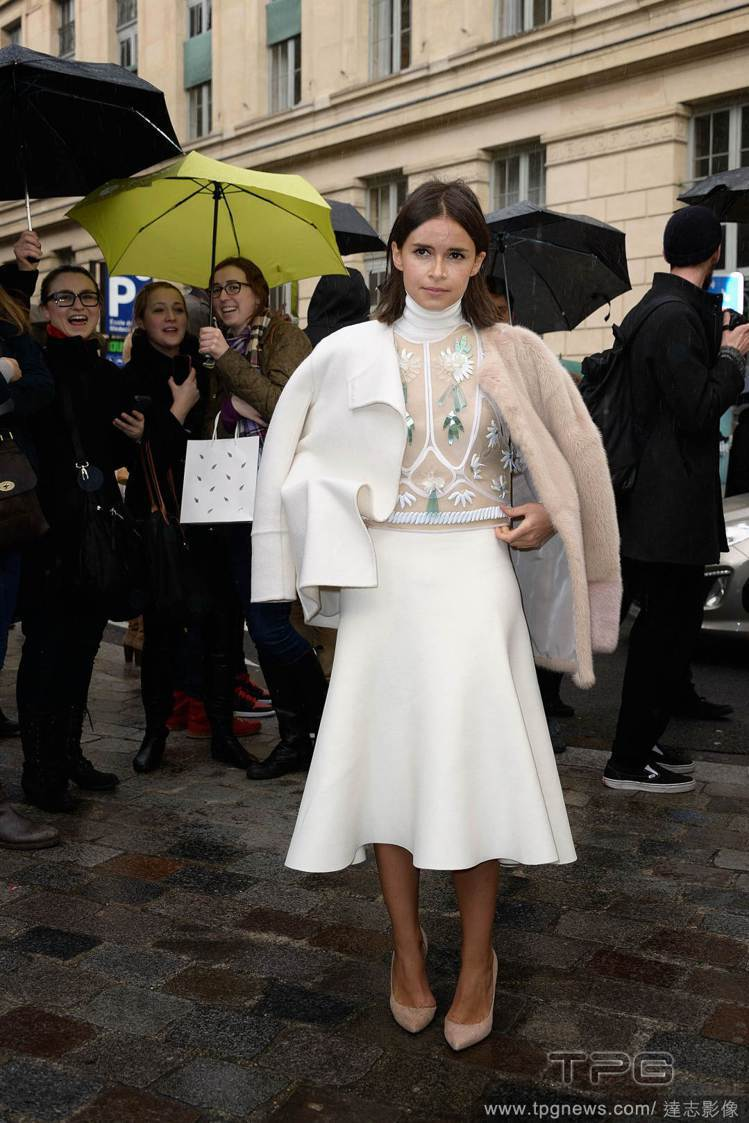 Miroslava Duma 這次以刺繡上衣搭配高領和白裙還不夠,她使用白色薄外...