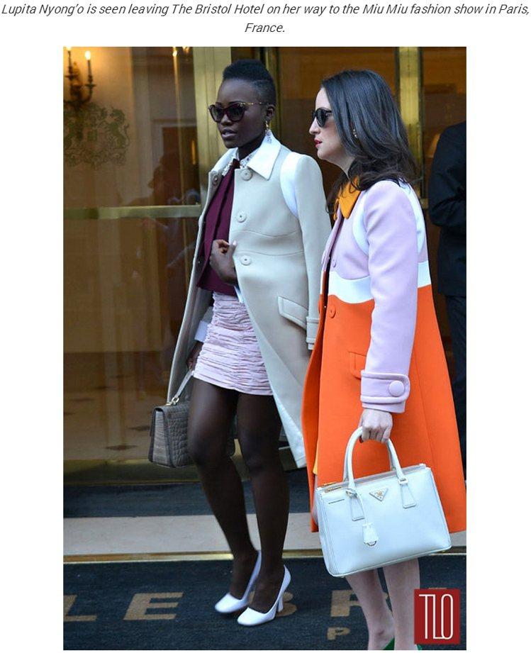 露琵塔妮詠奧(Lupita Nyong'o),以紫紅色小外套搭配粉紅裙,再套上白...