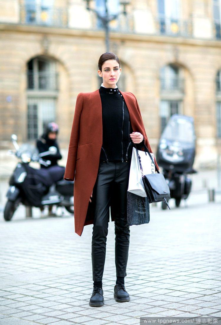 一件棕紅色大衣將黑色勁裝那股桀驁不馴的氣息「level up」,使模特兒 Cri...