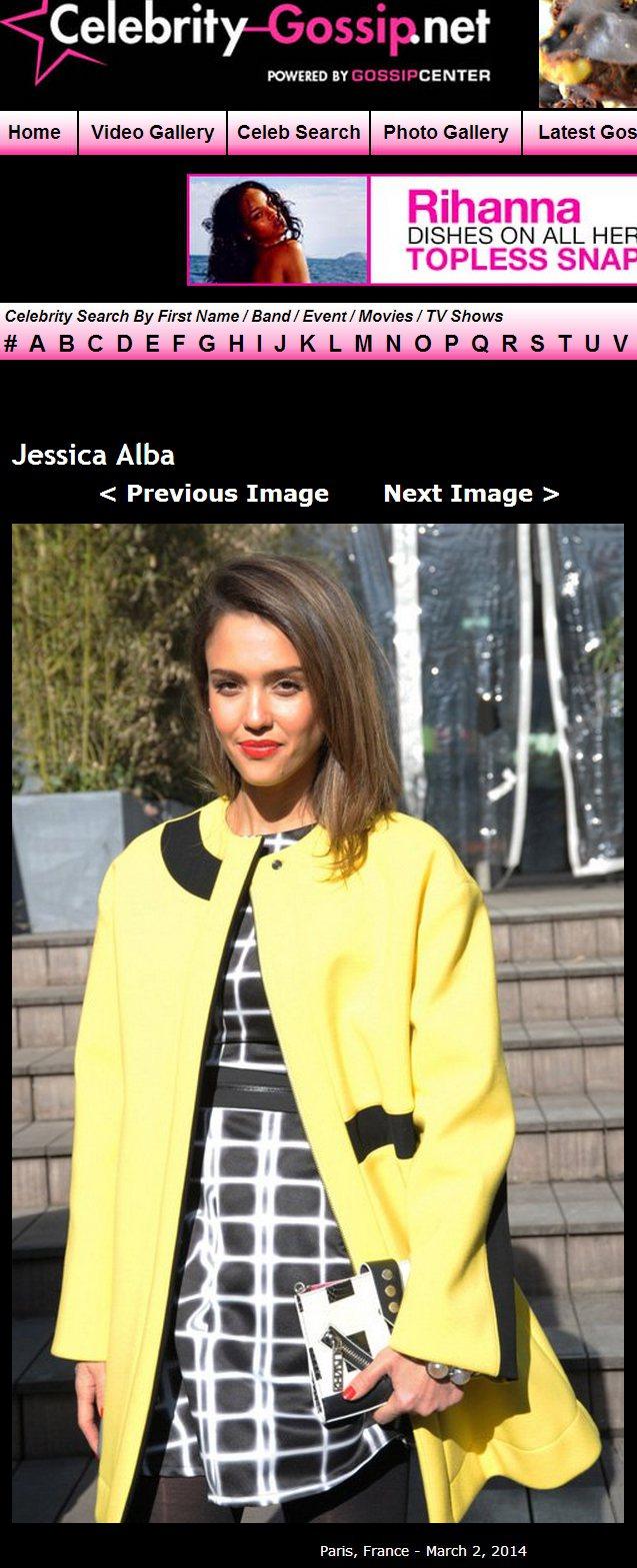 好萊塢甜心潔西卡艾芭以燦爛的黃外套點亮秀場,凸顯了黑白洋裝帶來的前衛幾何風情。圖...