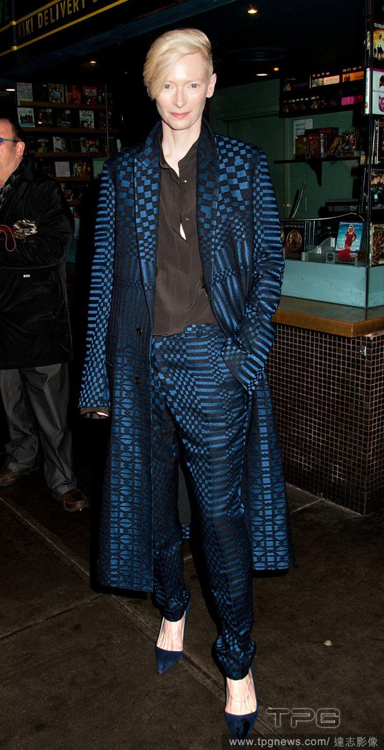 蒂妲史雲頓穿著 Haider Ackermann 深藍色西裝套裝,長版西裝像大衣...