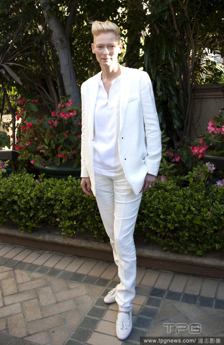 蒂妲史雲頓全身白的西裝造型「仙味」十足,純白內搭配上象牙色的西裝帶出些許色差,讓...