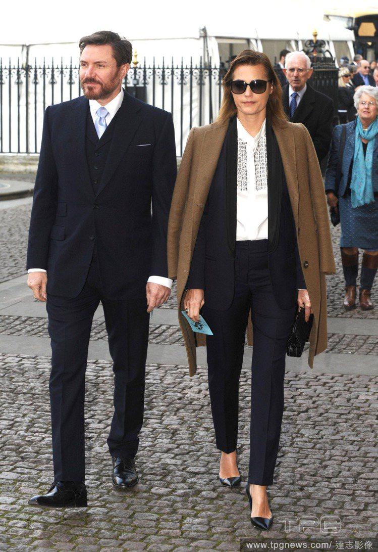 英國超模 Yasmin Le Bon 和老公上教堂出席活動時以西裝套裝搭白襯衫的...