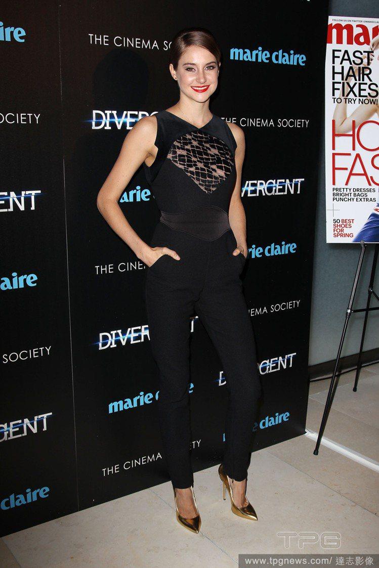 雪琳伍德莉選穿 Elie Saab 黑色連身褲裝。腰間和胸前的半透布料讓這身衣服...