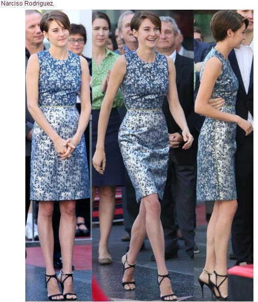 雪琳伍德莉穿著銀色系 Preen 削肩印花洋裝,充滿未來感的布料和色系搭配她的俐...